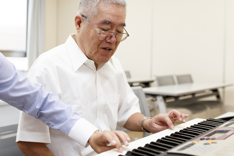 Featured image for Piano Lessons for Seniors section of Piano Lessons Knoxville dotcom depicting male senior being instructed at keyboard.